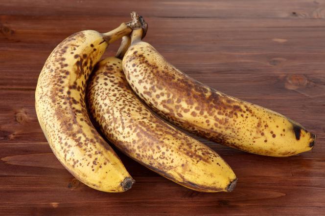 Banany z brązowymi kropkami. Czy można je jeść?