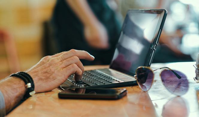 Oszustwa randkowe uk w Internecie