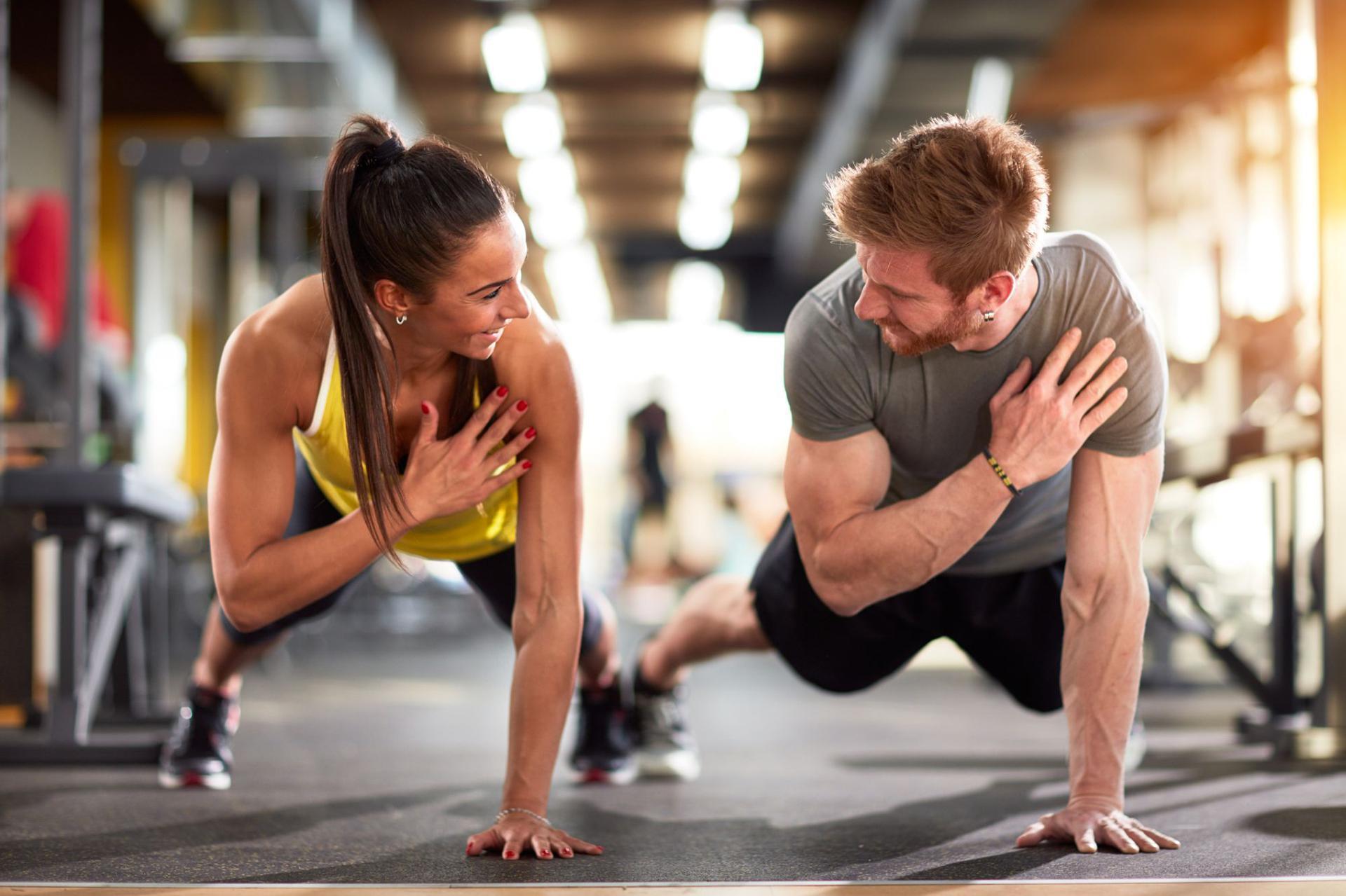 Trening na siłowni rozpiska aby schudnąć