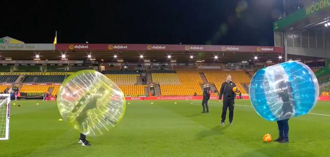 Carragher i Neville w bubble football