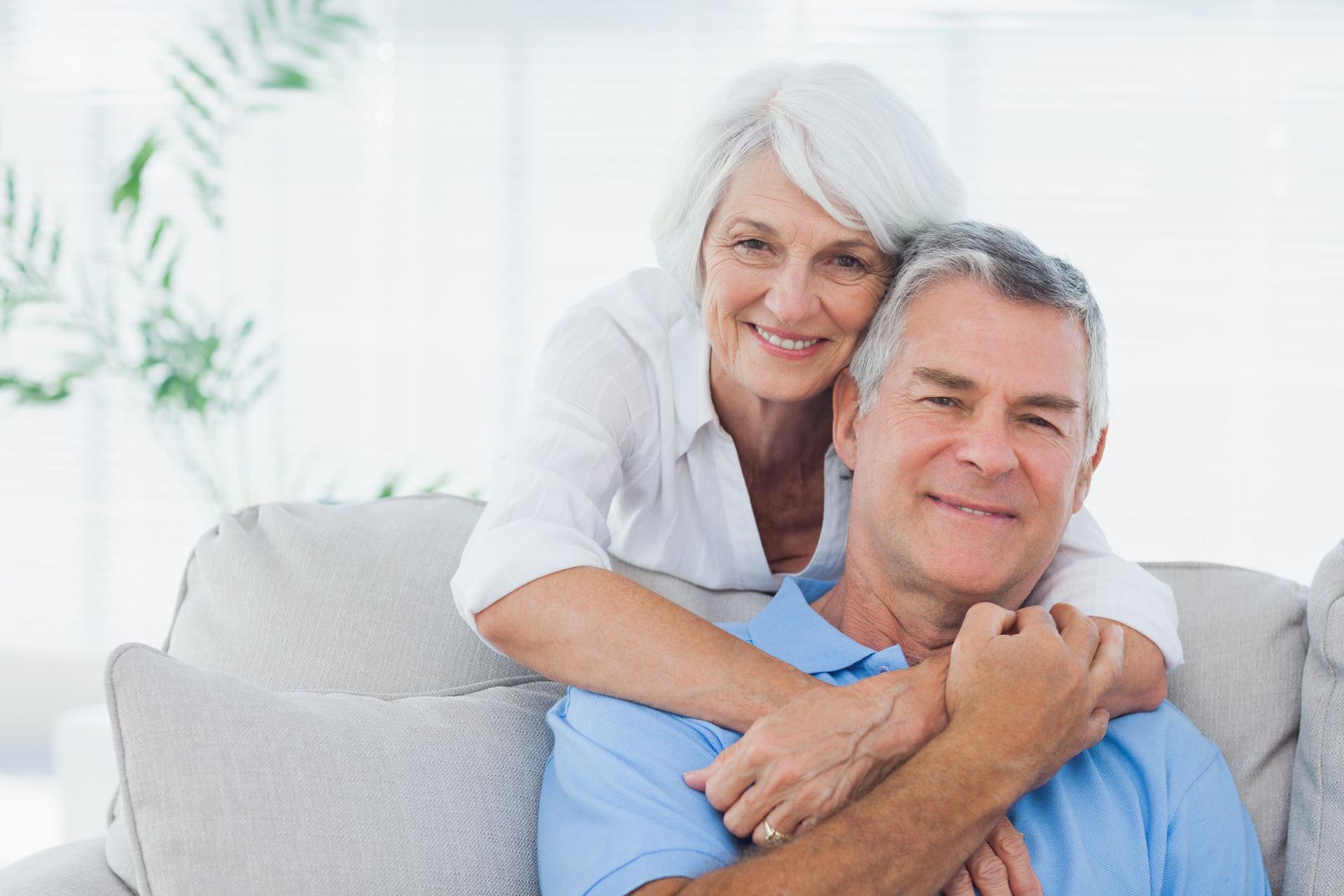Spotyka się ze starszym mężczyzną z problemami zdrowotnymi