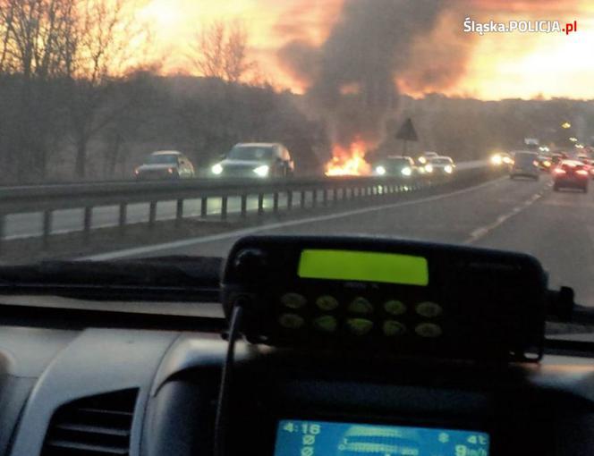 Policjanci uratowali kierowcę z płonącego samochodu