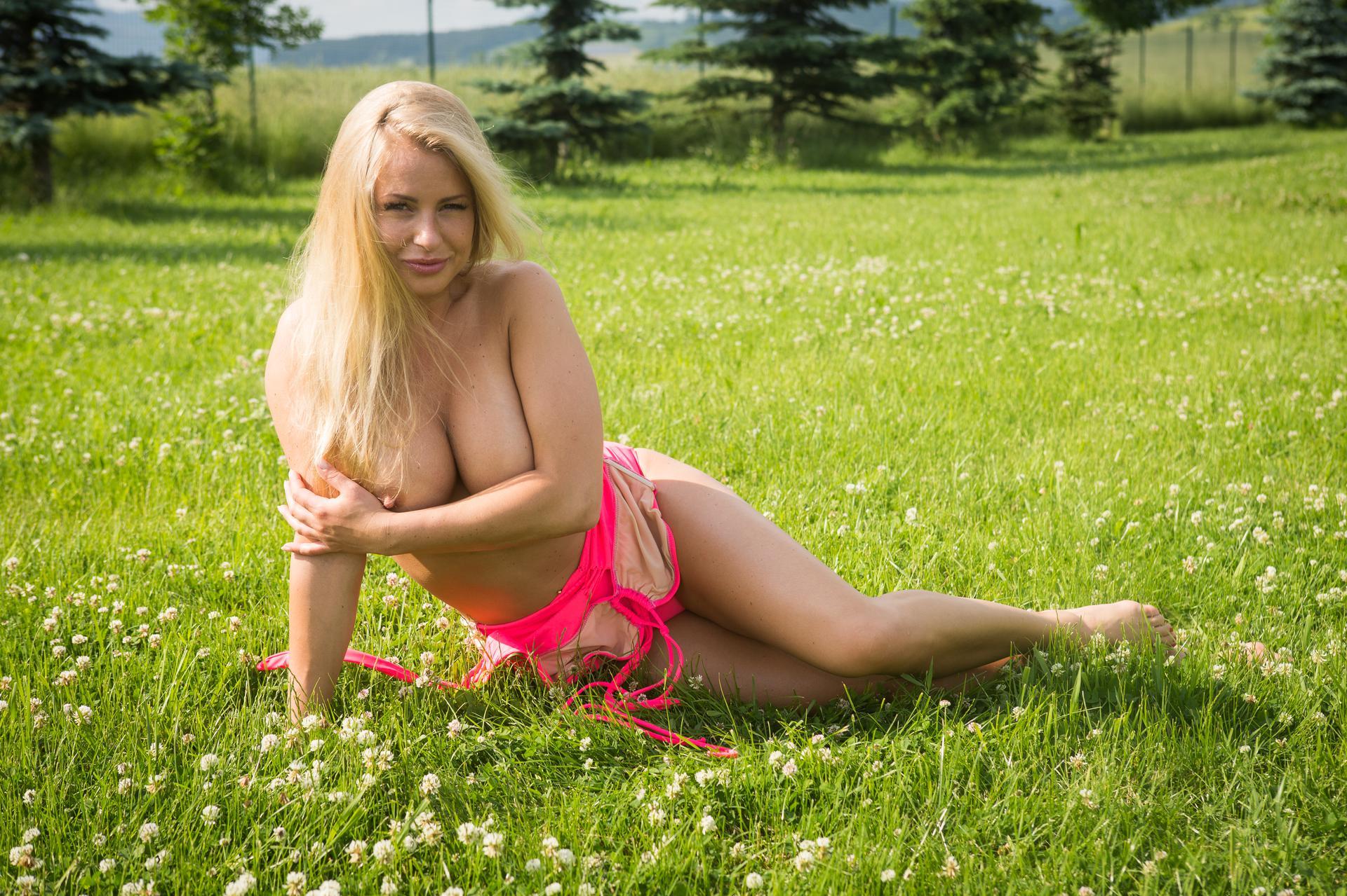 sesja zdjęciowa topless nastolatków