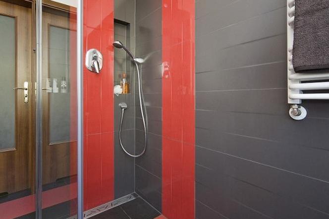 Aranżacja Nowoczesnej łazienki Szaro Czerwona łazienka