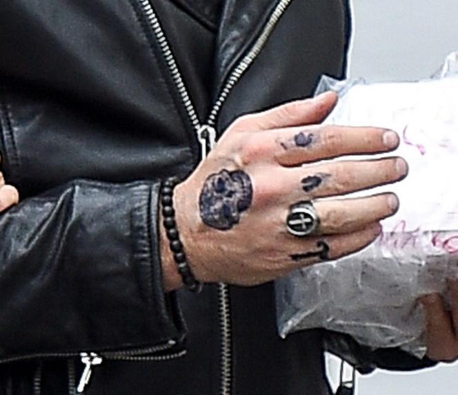 Ksiądz Potępia Karolaka Wszystko Przez Tajemniczy Tatuaż Zdjęcia Z