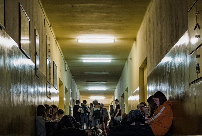 Tłumy na korytarzach - tak wygląda rzeczywistość w szkołach? Film szokuje!  - ESKA.pl
