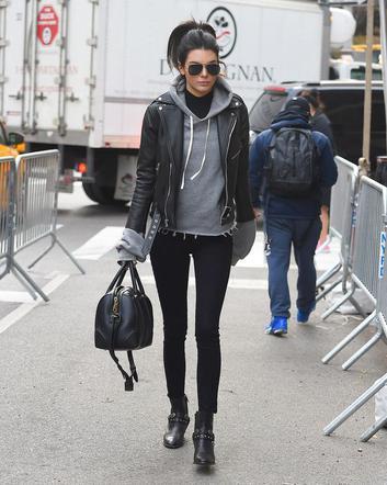 Street Style cu Andra. Cum a fost suprinsa artista pe