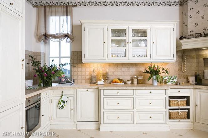 Kuchnia Angielska Białe Stylizowane Meble Muratorpl