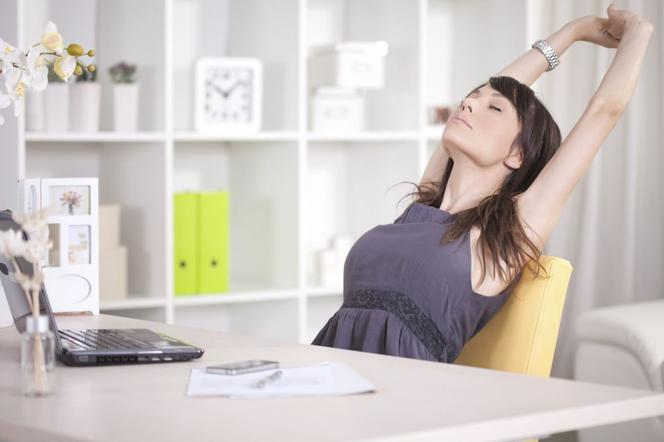 Ćwiczenia przy biurku dowiedz się jak ćwiczyć nie