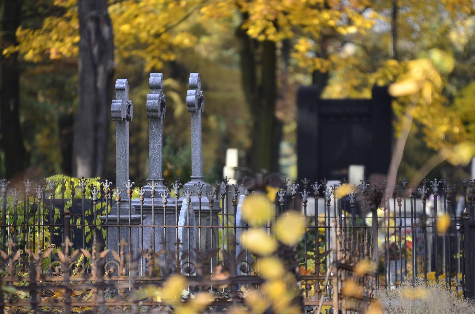Cmentarze we Wrocławiu zamknięte. W święta nie odwiedzimy grobów swoich bliskich - Super Express