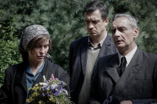 Wargirls 4, Episodio 44: El funeral de Erka.  Los desesperados padres Jadwiga y Adam no podrán enterrarla en la tumba familiar - fotos