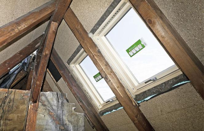Jak zamontować okno dachowe? Montaż okna zwykły i obniżony
