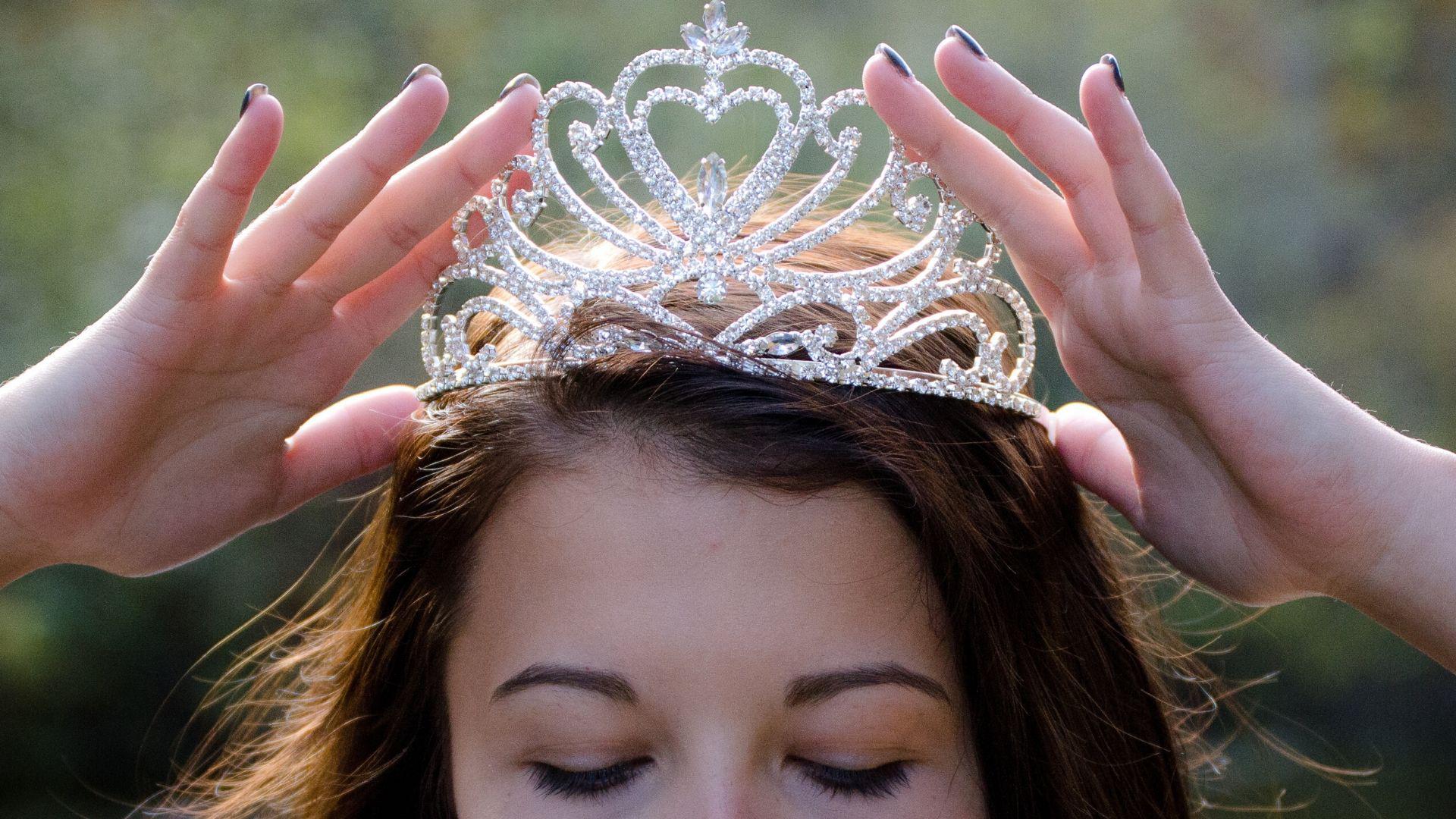 поздравление одеваем корону материалом изготовления, высотой