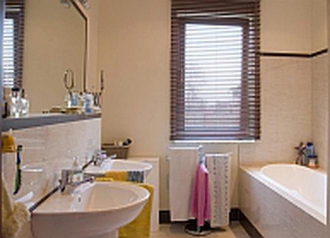 łazienka Z Oknem Jak Urządzić łazienkę Z Oknem Na Poddaszu