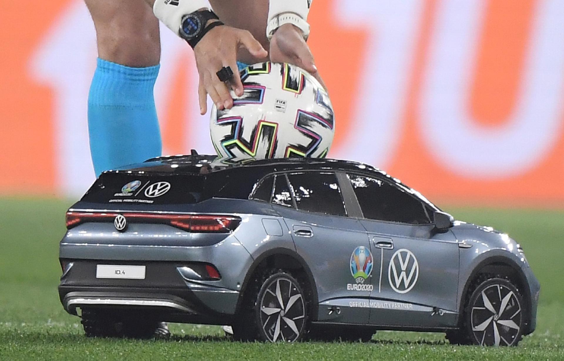 Euro 2020: Szok podczas inauguracji. Samochód wjechał na murawę [EURO 2021] - Super Express
