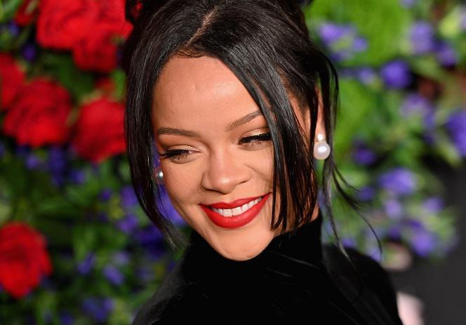 Rihanna canta bem, e oferece suporte a um amigo. Ou uma nova unidade, riri, consistindo de mais perto e mais perto?