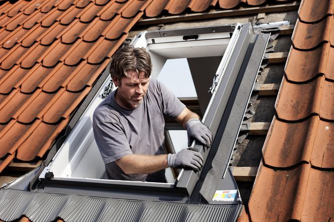 Monta okien dachowych poznaj zasady i kolejno prac for Montaggio velux