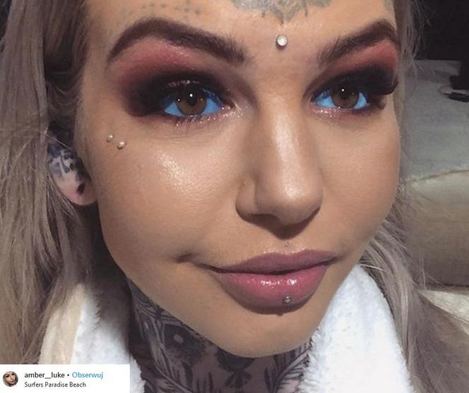 Dziewczyna Ma Tatuaże Na Całym Ciele Rozcięty Język