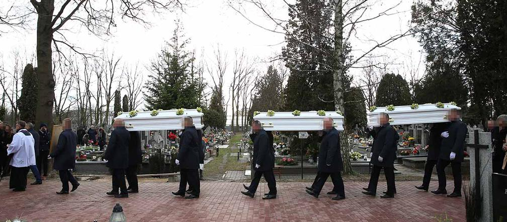 """Tragedia w Bukowinie Tatrzańskiej. Pogrzeb ofiar w Warszawie: """"Morze łez"""" [ZDJĘCIA] - Super Express"""