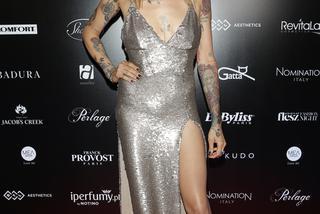 Tatuaże Między Piersiami Nowa Moda Wśród Gwiazd Zdjęcia Super