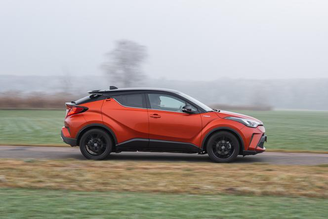 Toyota C-HR 2.0 Hybrid Dynamic Force 184 KM e-CVT vs Mazda CX-30 Skyactiv-X 180 KM 6MT AWD