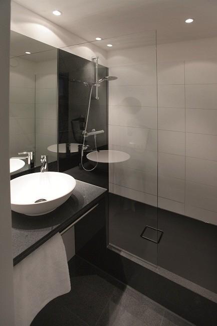 Prysznic W Hotelu Barwna Emaliowana Powierzchnia Zamiast Płytek