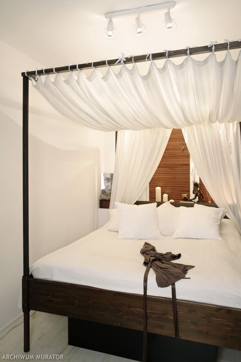 łóżko Z Baldachimem W Tradycyjnej I Nowoczesnej Sypialni